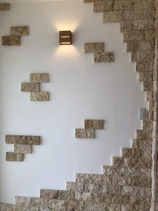 天然石のコーラルストーンとしっくいの壁の写真