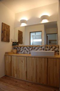 洗面化粧台の照明の写真