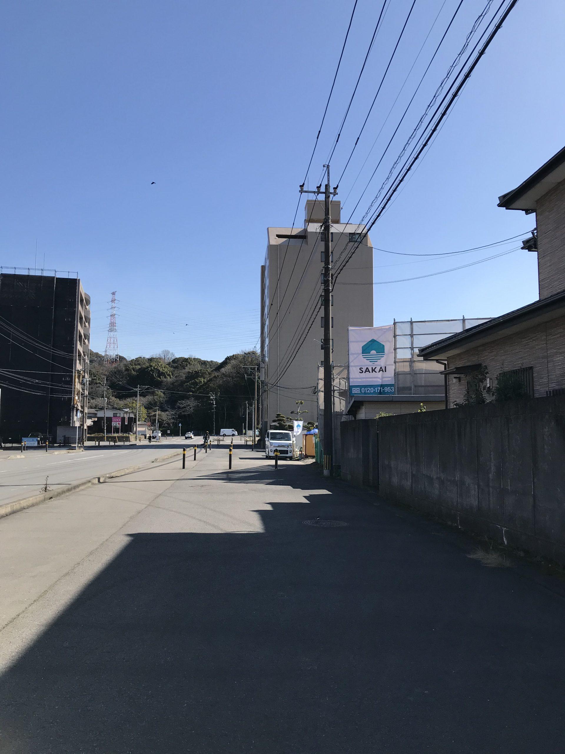 道沿いからもSAKAIの現場シートが見えます
