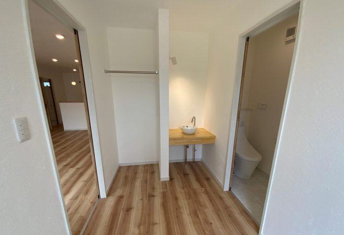 由布市狭間のサラダホーム平屋の建売住宅 洗面台のある玄関