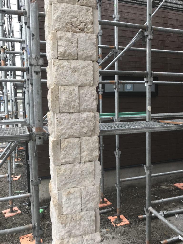 玄関の柱を包むようにコーラルストーンを施工
