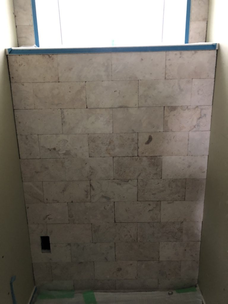 トイレに入って正面の壁に上から下までコーラルストーン全面貼り