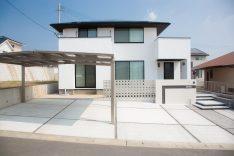 スタイリッシュな寄棟屋根のしっくいの家