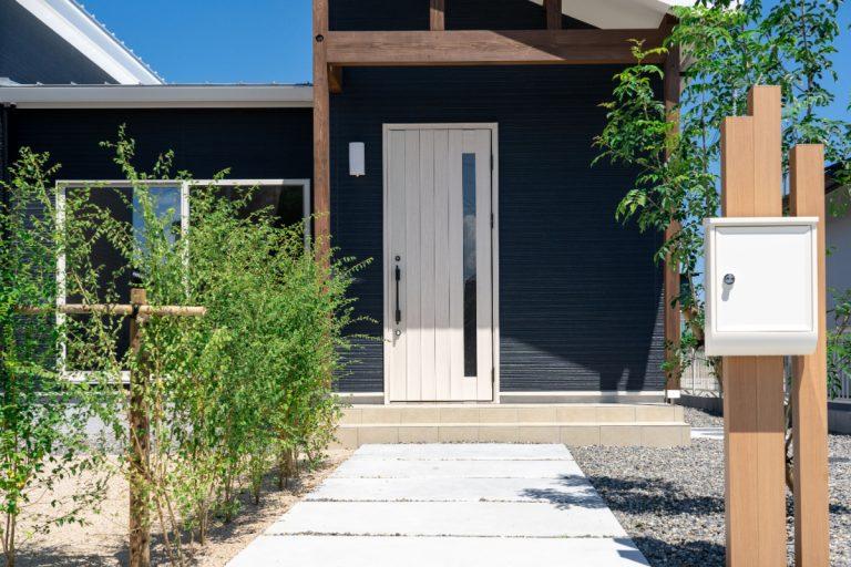 由布市挟間デザイン分譲住宅 挟間の家 玄関アプローチ